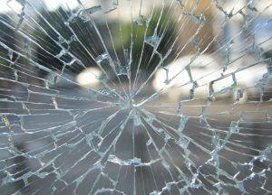 prasklé čelní sklo